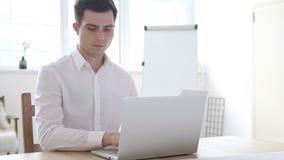 Biznesmen Robi papierkowej robocie i używa laptop dla pracy zdjęcie wideo