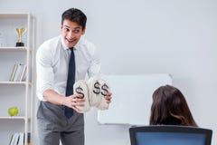 Biznesmen robi prezentaci z pieniędzy workami Zdjęcie Royalty Free