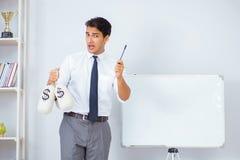 Biznesmen robi prezentaci z pieniędzy workami Fotografia Stock