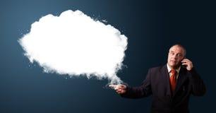 Biznesmen robi rozmowie telefonicza i przedstawia abstrakt chmury kopię Zdjęcia Royalty Free