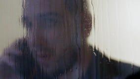 Biznesmen robi rozmowy telefoniczej synklinie pada okno zdjęcie wideo