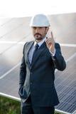 Biznesmen robi wyborowi na rzecz energii słonecznej Zdjęcia Stock
