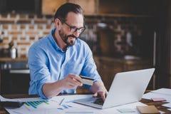Biznesmen robi zakupy online obraz royalty free