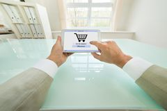 Biznesmen robi zakupy online Zdjęcia Royalty Free