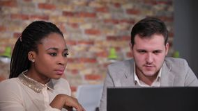 Biznesmen rozmowa afro amerykańska kobieta o informaci dla pracy, patrzeje na laptopie zbiory wideo