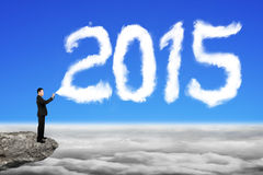 Biznesmen rozpyla 2015 rok chmury kształt w niebieskiego nieba cloudscap Obrazy Stock