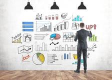 Biznesmen rysuje kolorowego infographics zdjęcie royalty free