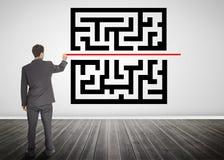 Biznesmen rysuje linię przez qr kodu obraz stock