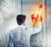 Biznesmen rysuje rakietę Pojęcie biznesowy ulepszenia i przedsięwzięcia rozpoczęcie Obraz Stock