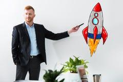 Biznesmen rysuje rakietę Pojęcie biznesowy ulepszenia i przedsięwzięcia rozpoczęcie Obrazy Stock