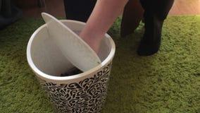 Biznesmen rzuca zmięte plastikowe butelki w trashcan, pozycja na podłodze zbiory
