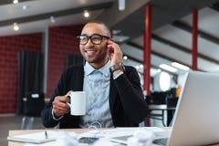 Biznesmen słucha muzyka w biurze zdjęcia royalty free