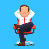 Biznesmen siedzi spokojnie nogi krzyżować Fotografia Stock