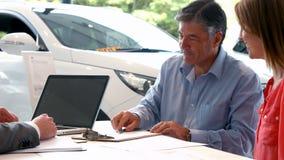 Biznesmen siging niektóre dokumenty zbiory wideo
