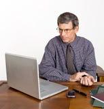 biznesmen sprawdzać jego puls obraz stock