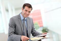 Biznesmen sprawdza jego spotkania Obrazy Stock