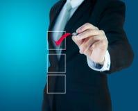 Biznesmen sprawdza oceny listy kontrolnej markier obraz royalty free
