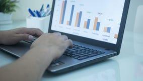 Biznesmen sprawdza rynku papierów wartościowych dataภ¡ rynek papierów wartościowych Applicatio zdjęcia stock