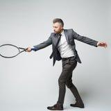 Biznesmen sprzeciwia się tenisową piłkę obraz stock