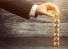 Biznesmen stawia blok z obrazkiem dolary Pomyślny biznes i Narosły budżet i zyski obraz royalty free