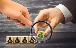 Biznesmen stawia blok z obrazkiem dolary Pomyślny biznes i Narosły budżet i zyski obrazy stock