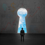 Biznesmen stawia czoło kluczowego kształta drzwi z niebieskim niebem outside Obrazy Stock