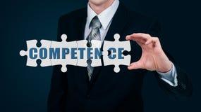 Biznesmen stawia dalej wirtualną łamigłówki słowa kompetencję Biznesowy pojęcie Zdjęcia Royalty Free