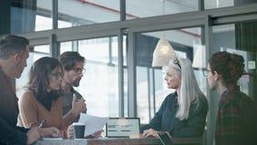 Biznesmen stawia naprzód wielkie propozycje w spotkaniu zbiory