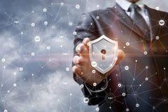 Biznesmen stawia ochronę w sieci zdjęcia stock