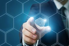 Biznesmen stawia osłonę ochrona w systemu obraz stock