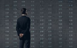 Biznesmen stoi nad diagrama tłem Biznes, biuro, Zdjęcie Stock