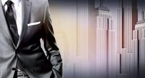 Biznesmen stoi nad miasto krajobrazem Zdjęcia Royalty Free