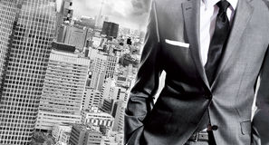 Biznesmen stoi nad miasto krajobrazem Obrazy Stock