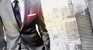 Biznesmen stoi nad miasto krajobrazem Fotografia Stock