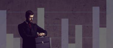 Biznesmen stoi nad szpaltowego diagrama backgrou z teczką Zdjęcie Royalty Free