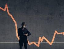 Biznesmen stoi nad szpaltowego diagrama tłem Biznes, c Fotografia Royalty Free