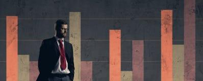 Biznesmen stoi nad szpaltowego diagrama tłem Biznes, o Obraz Stock