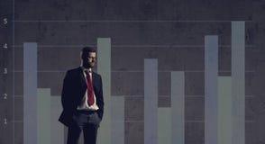Biznesmen stoi nad szpaltowego diagrama tłem Biznes, o Zdjęcie Royalty Free