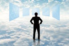 Biznesmen stoi patrzejący biznesowego flowchart Obrazy Stock