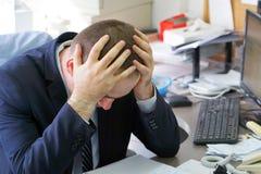 Biznesmen stresujący się out przy pracą zdjęcie stock