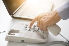Biznesmen tarczy cyfrowy telefon z biurowym tłem Fotografia Royalty Free