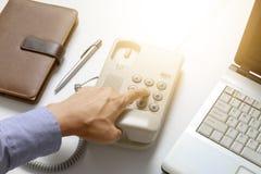 Biznesmen tarczy cyfrowy telefon z biurowym tłem Zdjęcia Royalty Free
