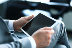 Biznesmen target169_1_ cyfrową pastylkę zdjęcia royalty free
