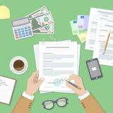 Biznesmen target428_1_ dokument Mężczyzna ręki z piórem i kontraktem Proces biznesowa pieniężna zgoda Fotografia Royalty Free