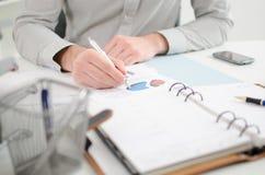 Biznesmen target1049_0_ wykresy Obraz Royalty Free