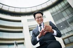 Biznesmen texting w lotnisku obraz royalty free