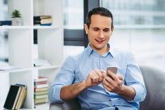 Biznesmen texting wiadomość na smartphone obraz royalty free
