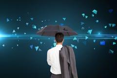 Biznesmen trwanie kamery mienia kurtka na ramieniu i parasol z powrotem Obraz Stock