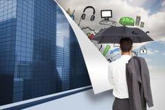 Biznesmen trwanie kamery mienia kurtka na ramieniu i parasol z powrotem Fotografia Stock