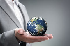 Biznesmen trzyma świat w jego ręki Fotografia Stock